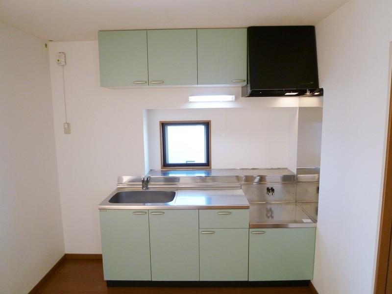 小窓付きのキッチンセット