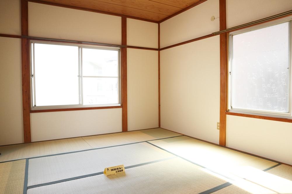 和室8帖。3面に窓があります