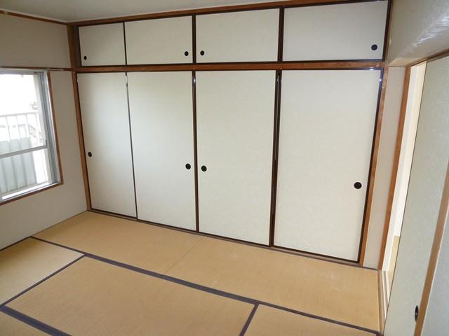 和室6帖。広々2間の押入れがあります