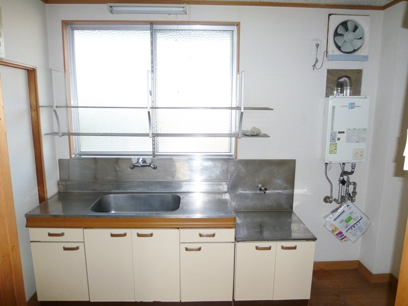 キッチン正面には窓があり明るいです