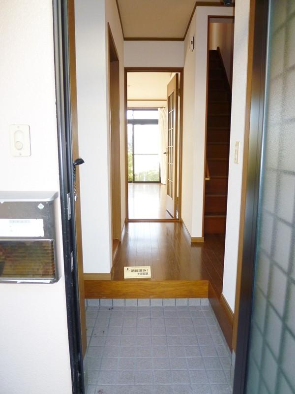 玄関より室内側を撮影