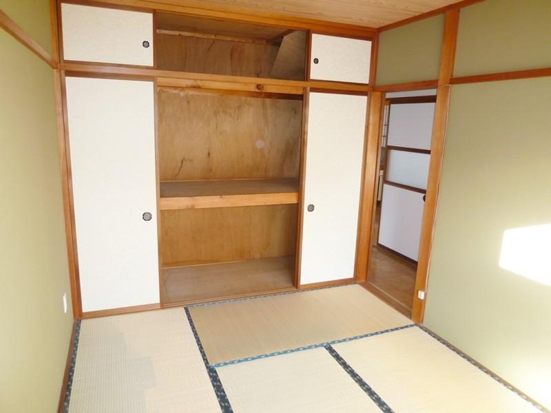 唯一の独立部屋、和室6帖は、一間半の押入れ付き