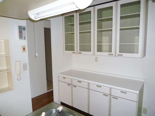 キッチンには造り付けの食器棚があります