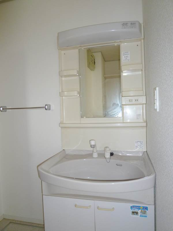 広めのシンクのシャワー付き洗面台