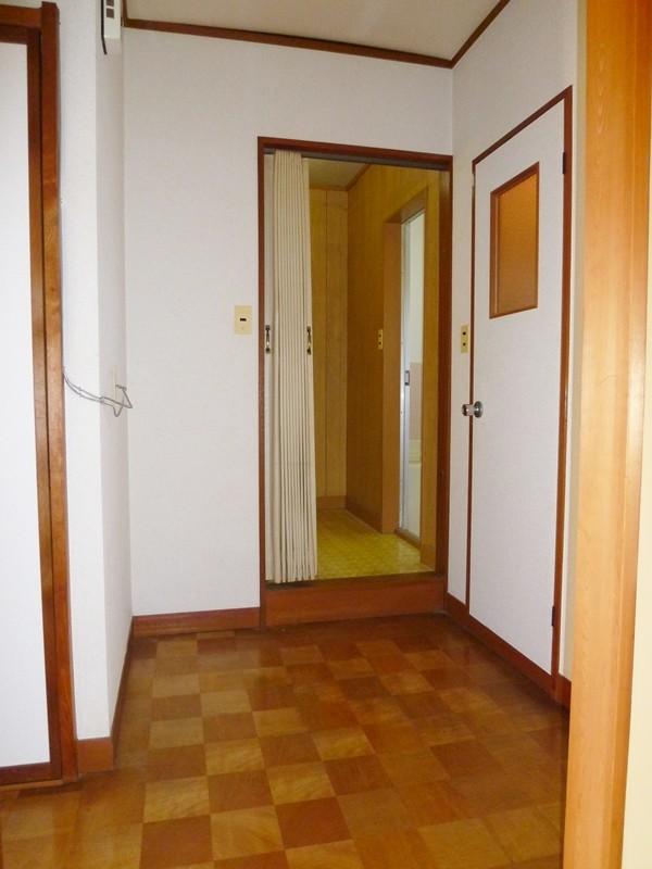 廊下より洗面室を撮影