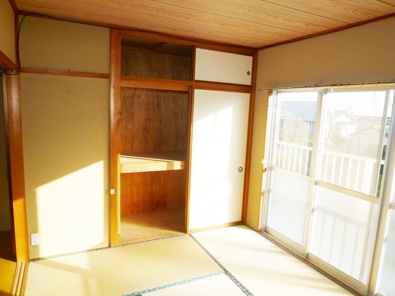洋間横の和室6帖、押入れ付き