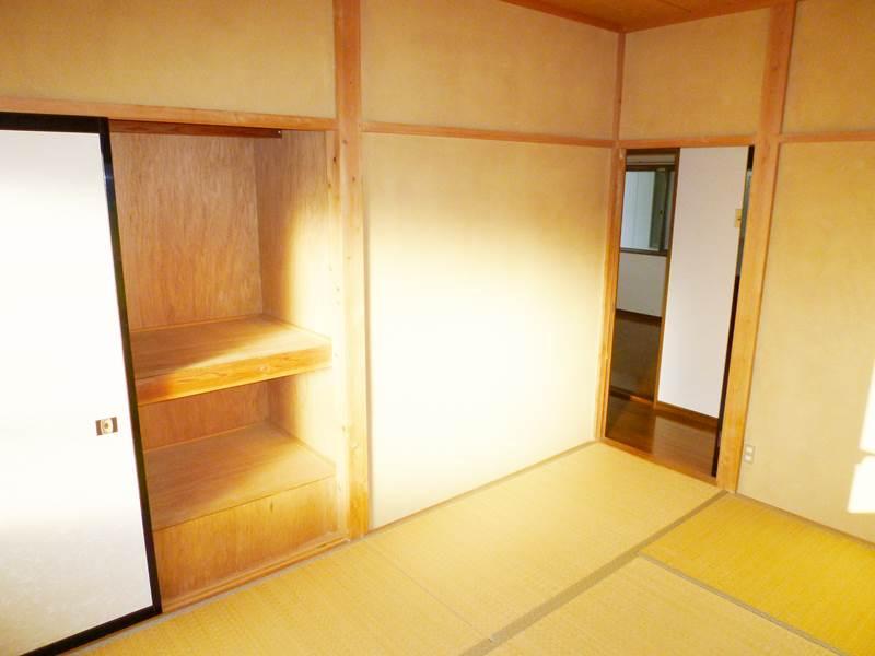 2階和室6帖の押入れ。下部は階段の為、少し使えない部分があります。