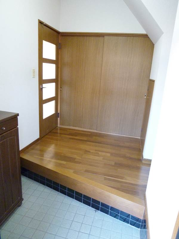 玄関の廊下脇には階段下収納があります