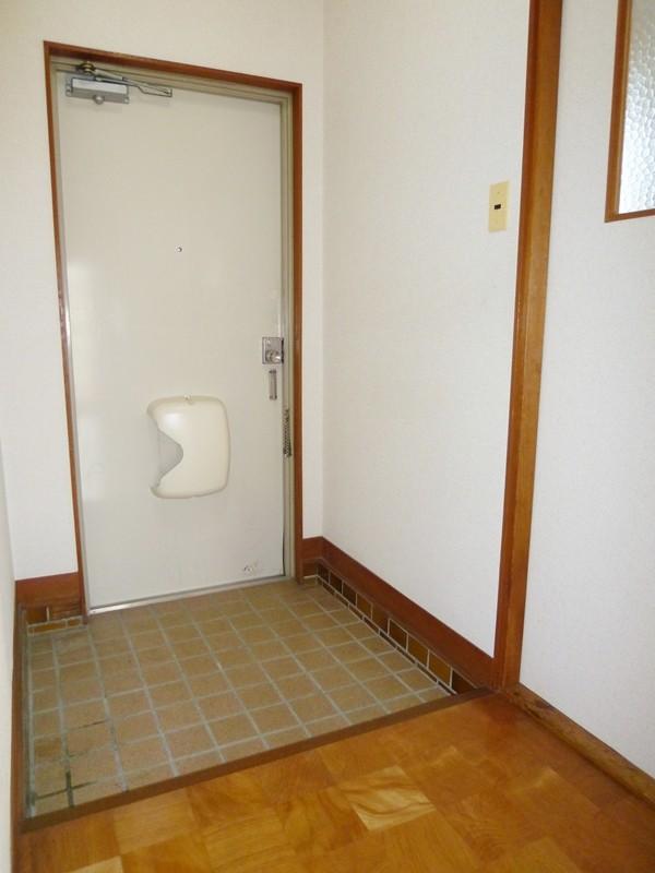 室内側より玄関を撮影