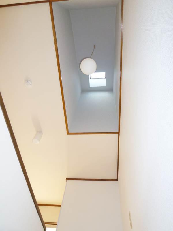 階段上には明りとり用の天窓があります