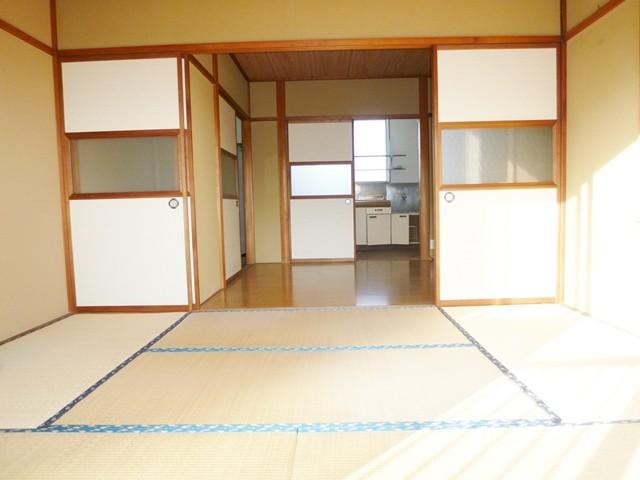 和室6帖より洋間6帖、キッチンへと続きます