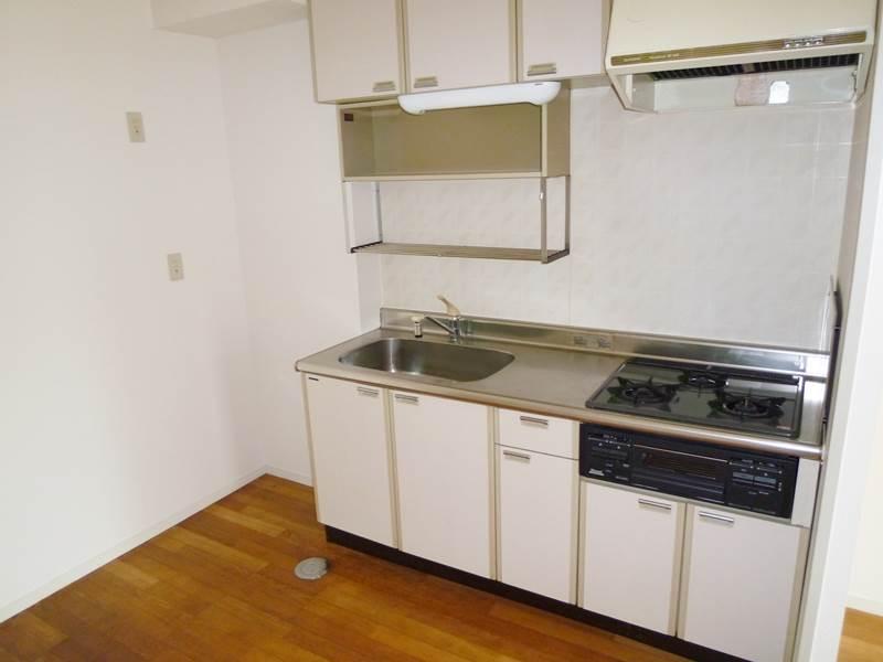 システムキッチン横に冷蔵庫が置けます