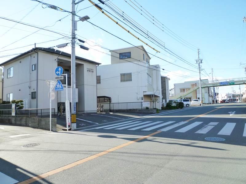 建物前の通り(六間道路)