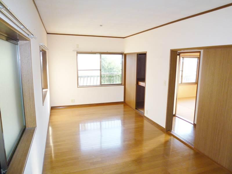 フローリング床の2階洋間10.5帖