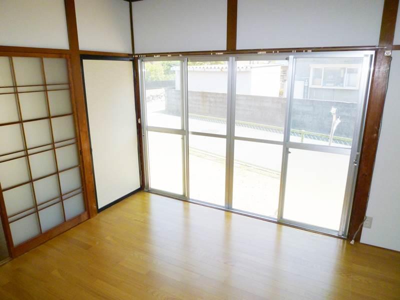 玄関横洋間6帖、新品のフローリング床