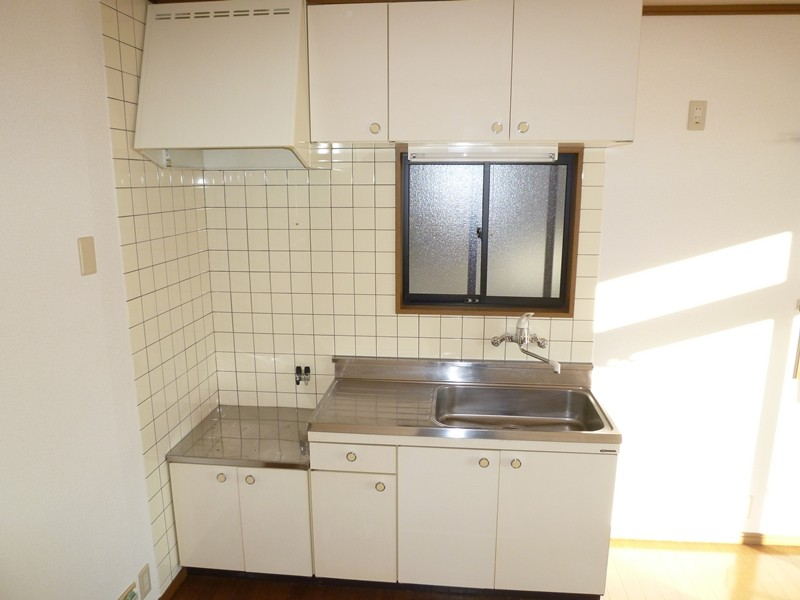 正面に窓があるキッチン