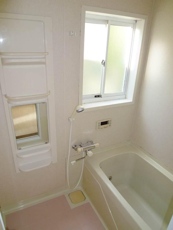 小窓のあるバスルーム