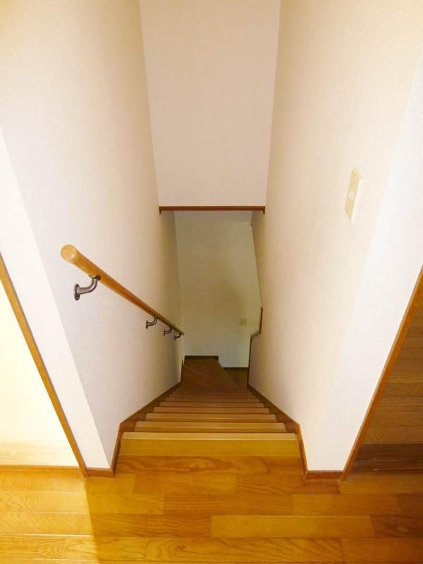 2階より階段を撮影