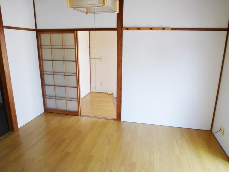 玄関横の洋間6帖。フローリング床新品