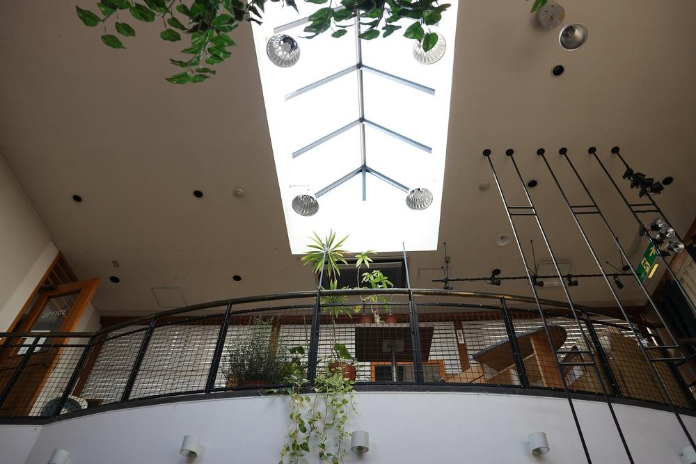 吹抜け天井の共有スペース