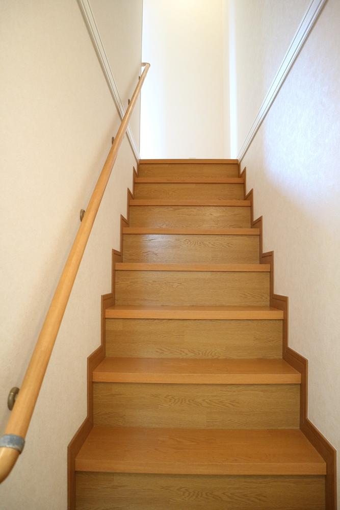 1階から階段を撮影