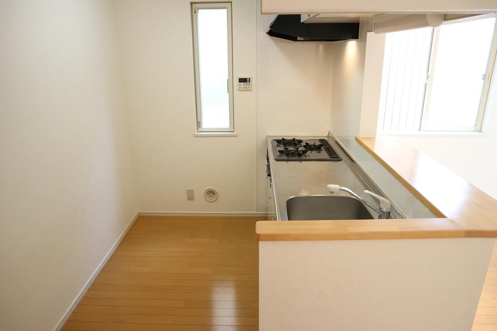 キッチン背面に冷蔵庫などを置けます