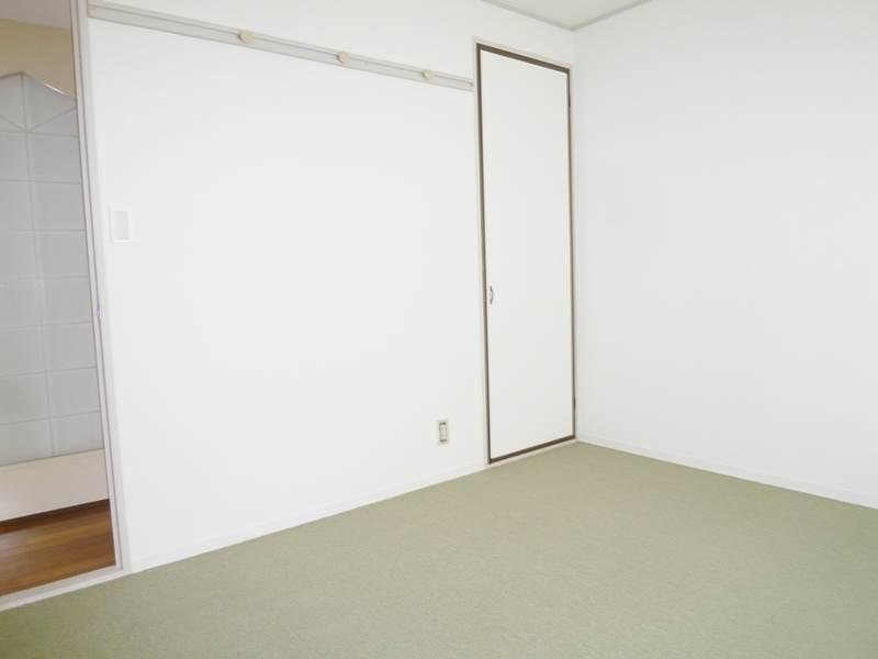 洋間5.5帖。床はカーペット仕上げ