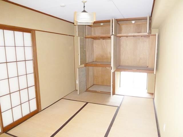 和室6帖の収納扉を開けて撮影