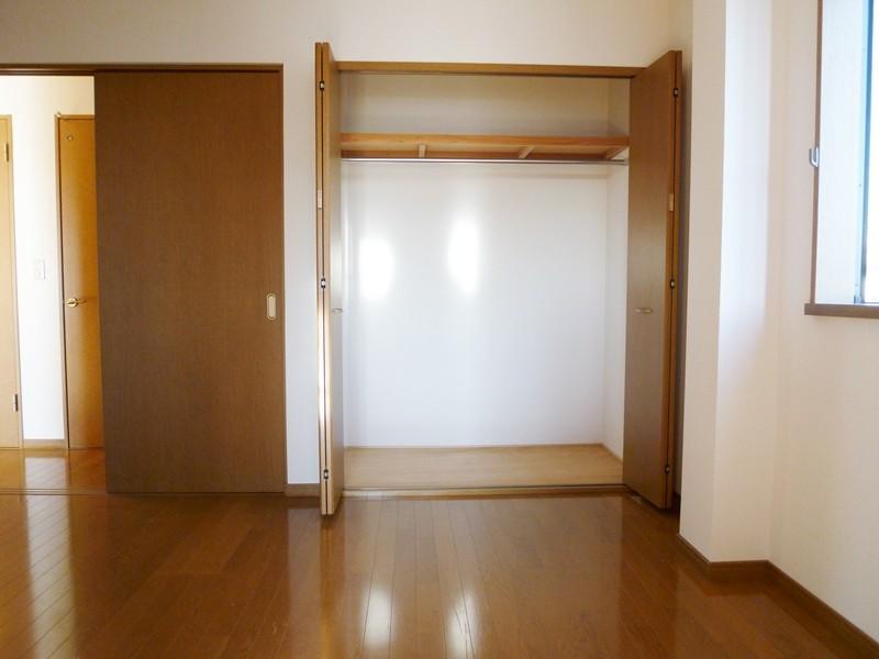フローリング床の洋間6帖(中部屋)、収納もあります