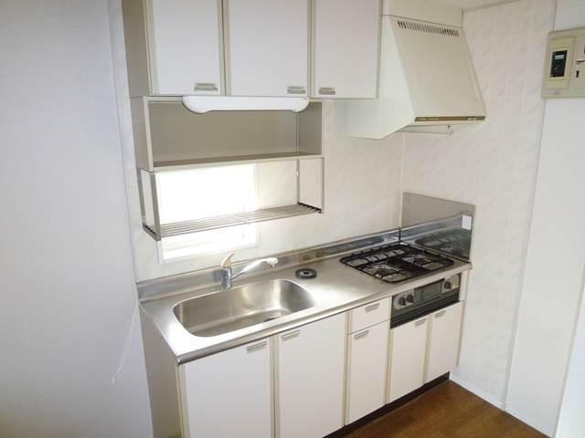 キッチン正面に小窓があります