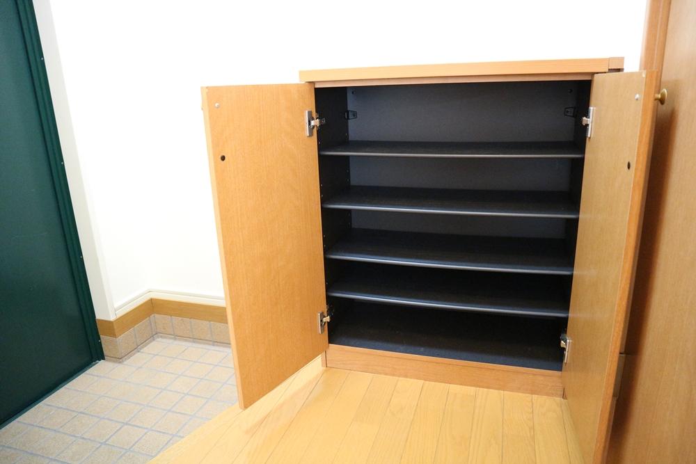 シューズボックスは、棚5段、約15足程収納できます