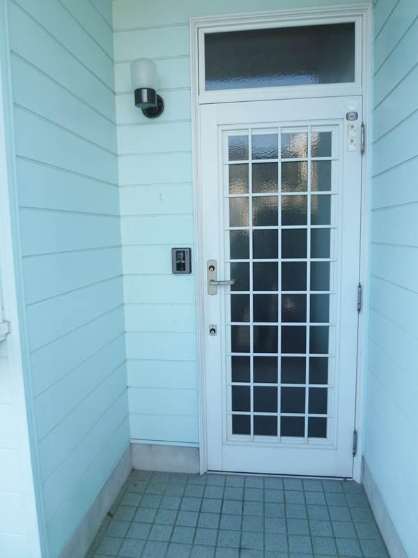 玄関、モニタ付きドアホン、鍵は上下ダブルロック