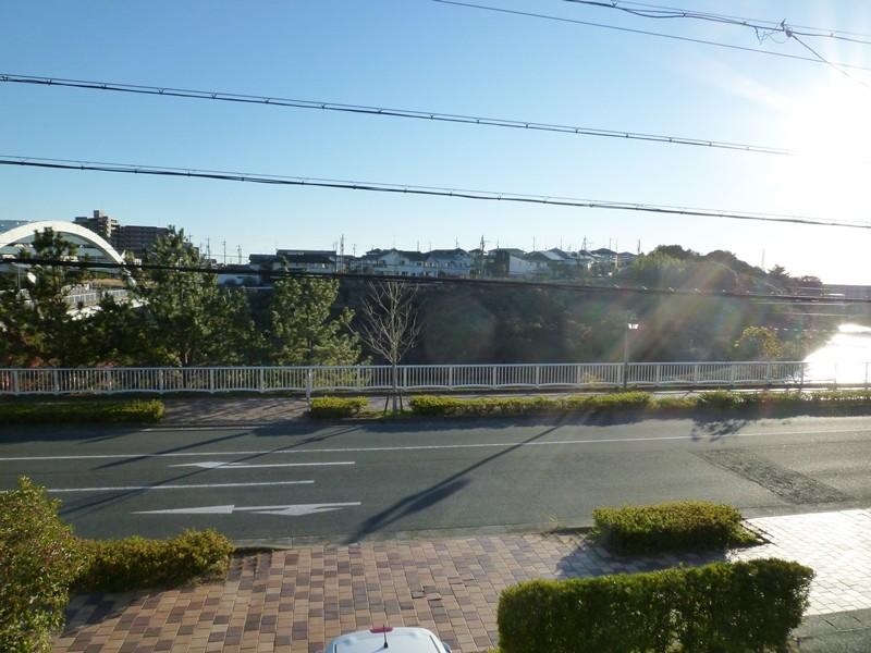 洋間6帖からの眺望、新川が見えます