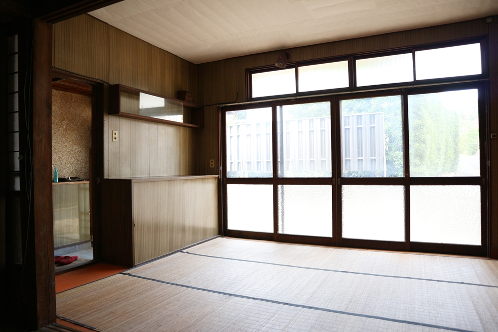 1階洋室7帖。カーペットの上にゴザが敷いてあります。