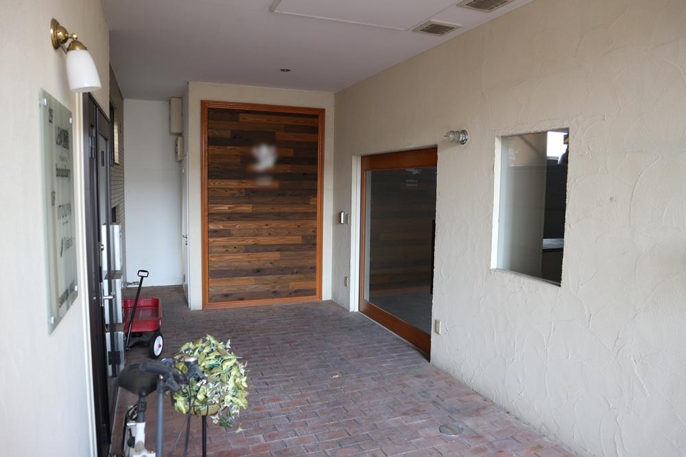 右側の大きなガラス戸が入口