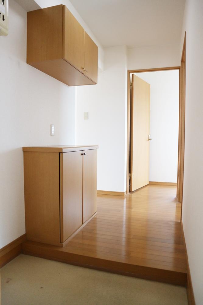 上下のシューズボックス付き玄関
