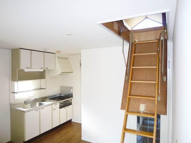 DK6.5帖。屋根裏収納への階段は収納可能