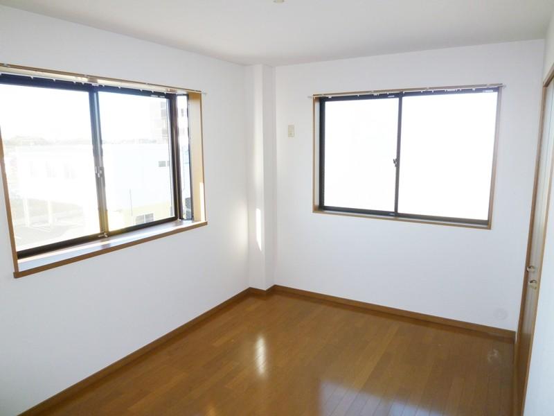 フローリング床の洋間6帖、窓2面あります