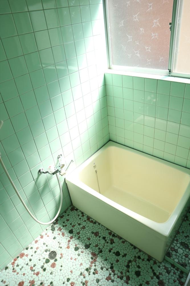 窓付きのバスルーム
