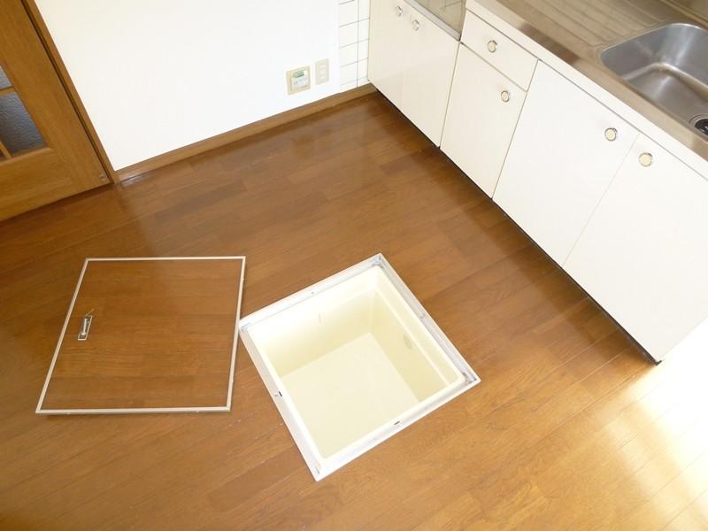 キッチン床に床下収納があります