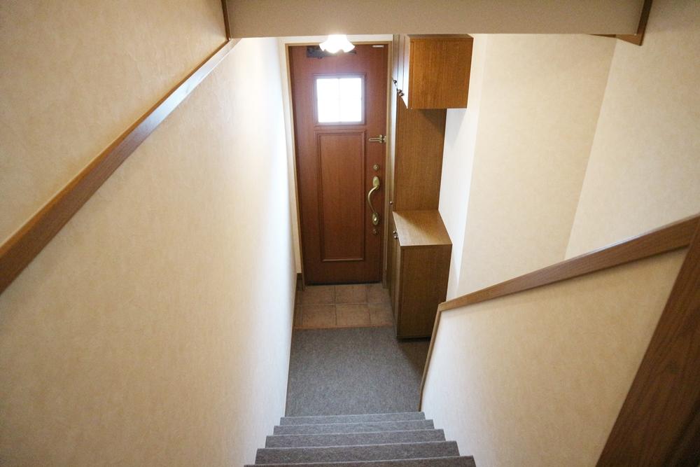 階段より玄関を撮影