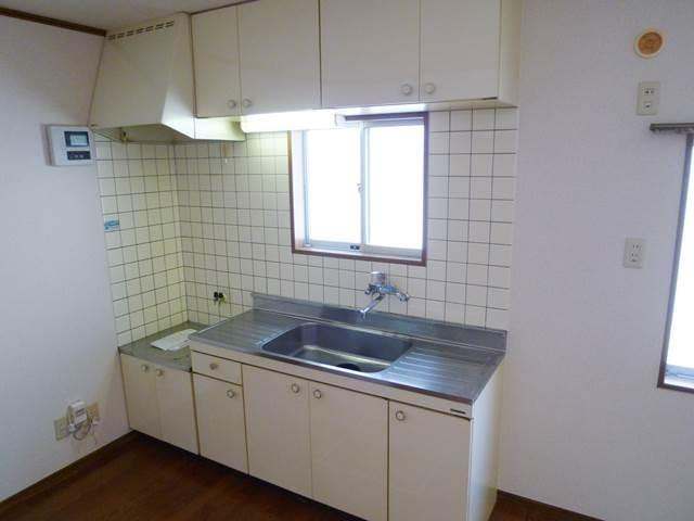 キッチン正面には小窓があります