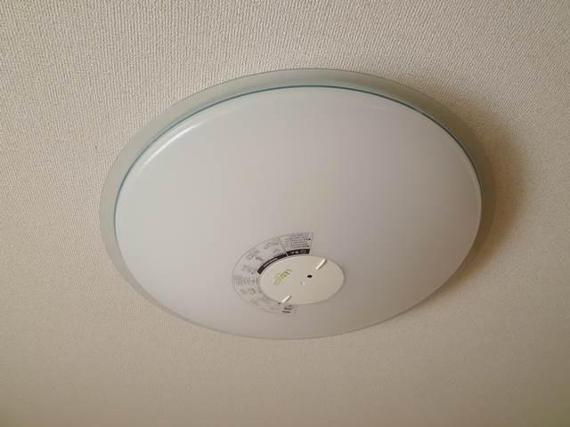 洋間6帖には、天井照明が付いています