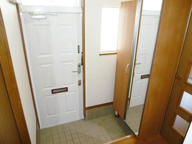 玄関には、鏡付きのシューズボックスがあります
