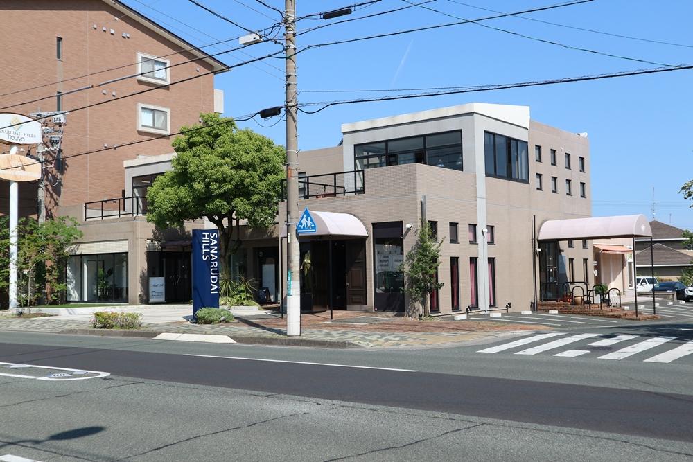 ホワイトストリート沿いの複合貸店舗