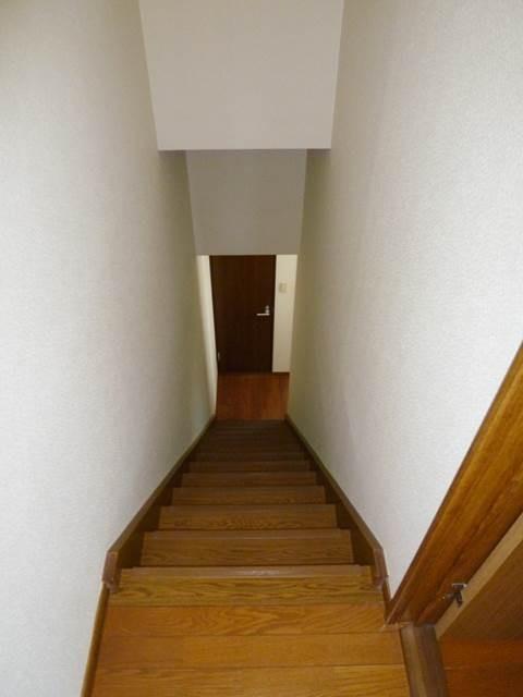 テラスハウスですので、室内に階段があります