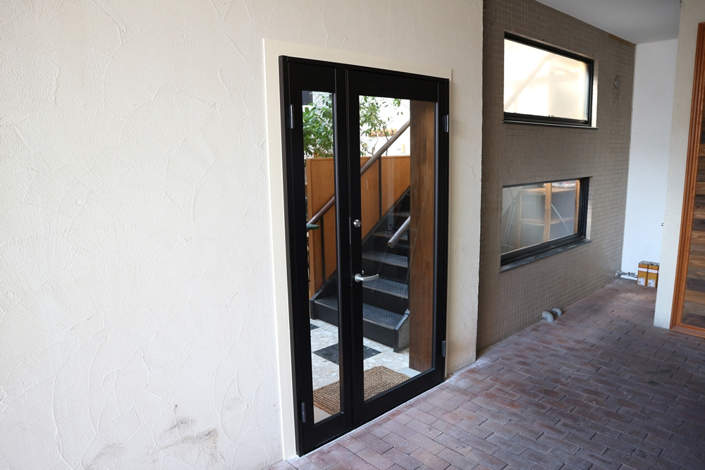 1階の玄関扉