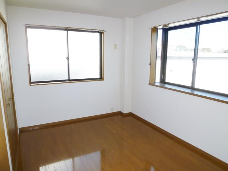 フローリング床の洋間6帖(北側)、窓2面あります