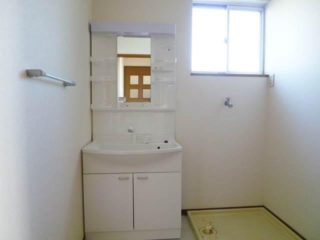 シャワー付き洗面台と洗濯機置場