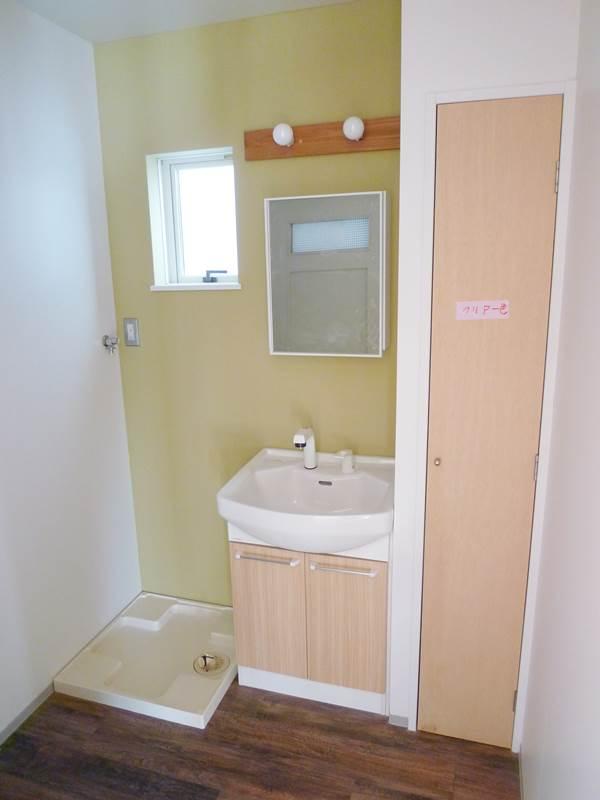 洗面台、洗濯機置場、掃除機が入る収納